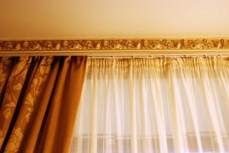 Молдинг для потолка – стильное и модное решение. Крепление осуществляется на стены. По внешнему виду он аналогичен багету