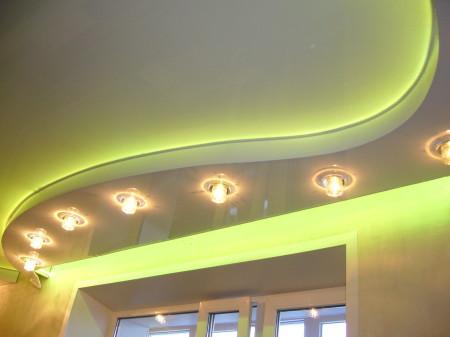 Потолок с подсветкой и светильниками