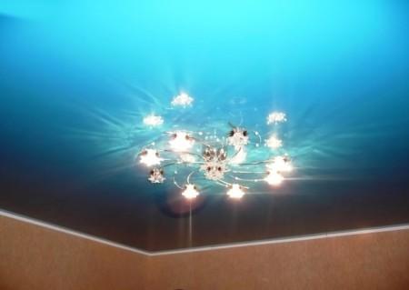 Потолок из пластикового бесшовного профиля – отличная идея для дизайна интерьера