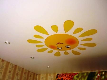 Потолочное покрытие с таким принтом подойдет для детской, прибавив интерьеру позитива