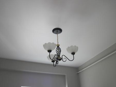 Пример гипсокартонного потолка в жилом помещении