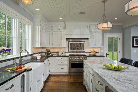 Пластиковый потолок в интерьере кухни