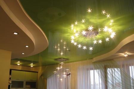 Интерьер потолка с люстрой, точечными светильниками и лампами в зале