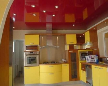 Бордовое полотно и ярко желтая мебель – экстравагантное сочетание