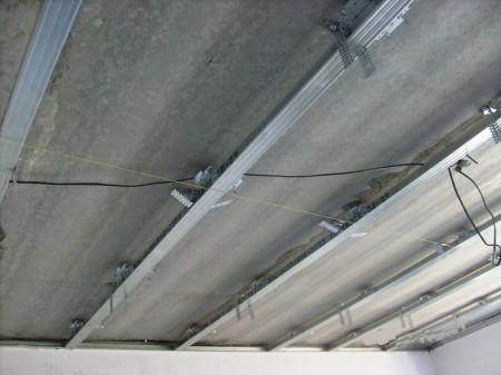 Монтаж каркаса из оцинкованной стали под потолочное гипсокартонное покрытие