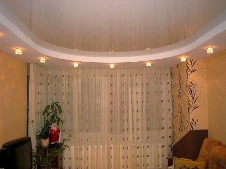 Двухуровневое оформление с точечными светильниками