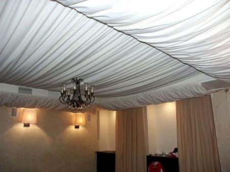 Тканевый потолок, оформленный волнами