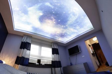 Освещенное небо на потолочной поверхности