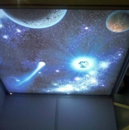 Дизайн помещения с изображением планет на фоне звездного неба