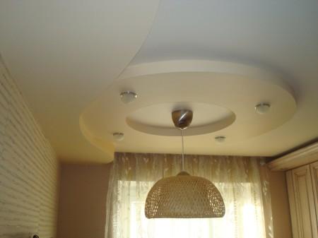 Вариант интерьера помещения с люстрой, точечными источниками света и лампами в зале