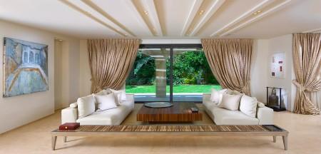 Необычная форма потолка из гипсокартона в интерьере гостиной комнаты с интересным светом