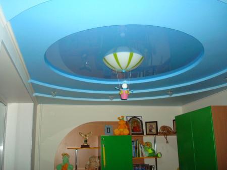Оформление потолка с использованием двух вариантов одного цвета