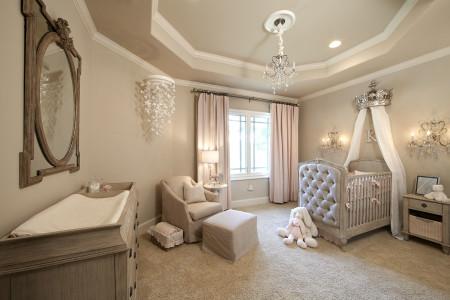 Фото детской комнаты в светлых оттенках и одного из традиционных многоуровневых потолков