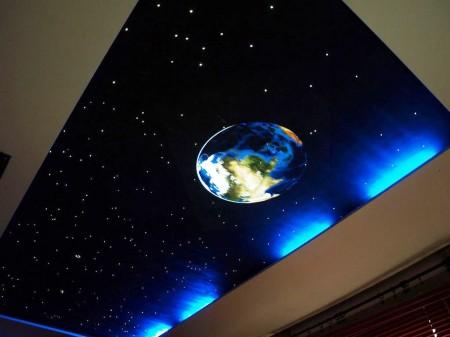 Галактика – отличный вариант дизайна потолочного покрытия для комнаты ребенка