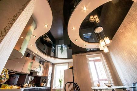 Черный с белым потолок – красиво и строго