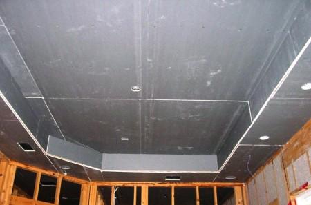 Подготовленный к отделочным работам потолок, предпоследний штрих