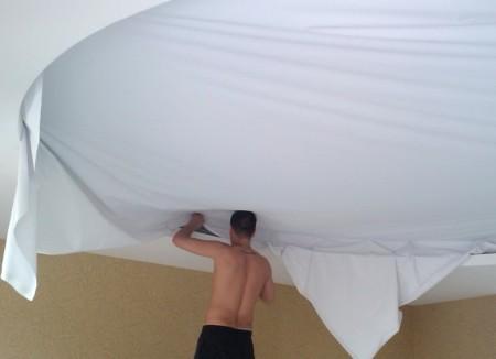 Устройство одноуровневой потолочной конструкции