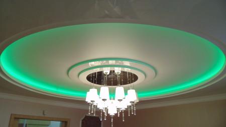 Двухуровневый потолок с зеленой светодиодной подсветкой на фото