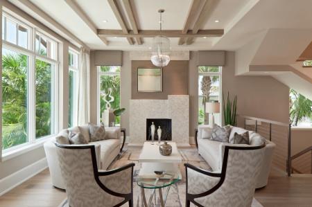 Привлекательный дизайн гостиной с нетрадиционной формой потолка и ярким светом
