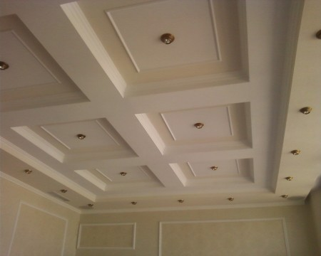 Неординарная форма потолочной конструкции, материал – гипсокартон