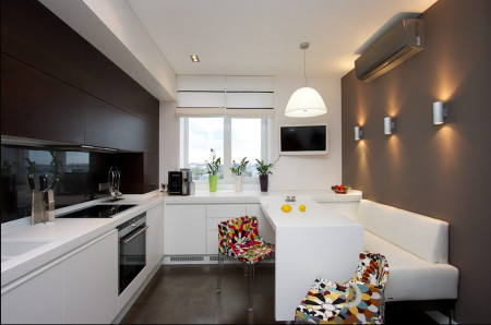 Приятная подсветка и традиционный свет на потолке из гипсокартона на кухне