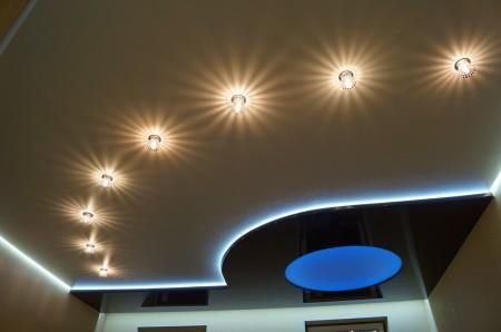 Освещение на натяжной конструкции в зале