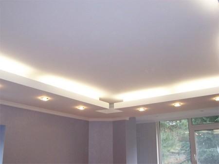 Многоуровневый потолок сочетает разные формы, сложную систему подсветки
