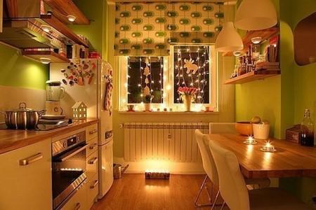 Помещение кухни с направленной подсветкой рабочей зоны