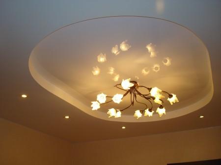Потолок из гипсокартона с централизацией света в виде люстры