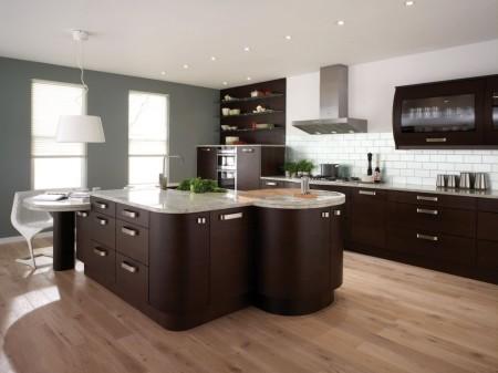Кухня в темно-коричневых оттенках и традиционная форма потолка с точечными источниками света