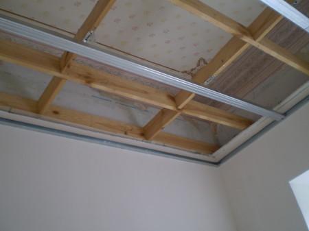Деревянный каркас для создания подвесного потолка