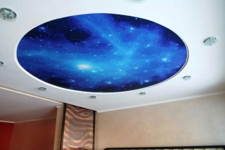 Натяжной потолок с круговым акцентом в виде космического рисунка