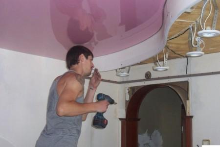 Крепление глянцевого натяжного потолка розового цвета