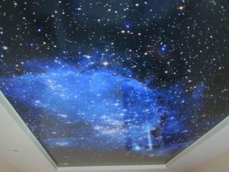 Глянцевый натяжной потолок с фотопечатью звездного неба