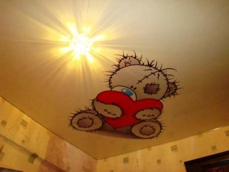 Такой потолок привнесет в атмосферу помещения тепла и уюта
