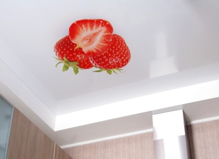 Если кухня имеет небольшой метраж, можно смело отдавать предпочтение натяжным потолкам с фотопечатью, изготовленным по данной технологии