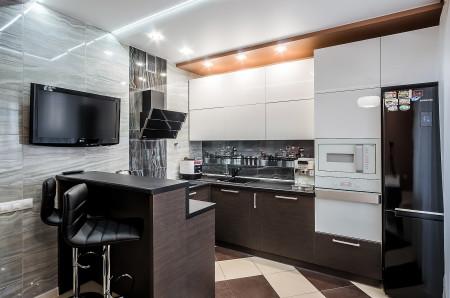 Яркий дизайн кухни с точечными источниками света на потолке из гипсокартона