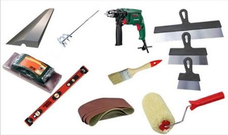 Набор необходимых инструментов для шпаклевки потолка