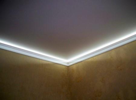 Различные формы молдинга помогут украсить любое полотно потолочного покрытия и дополнить привлекательность отделки стен. Крепление выполняется на клей, вне зависимости от материала, из которого выполнено изделие, и занимает немного времени