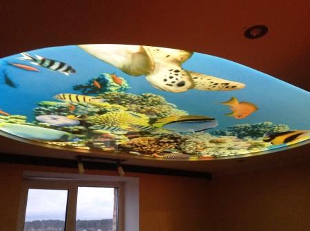 Морская тематика потолочного покрытия хорошо смотрится в интерьере