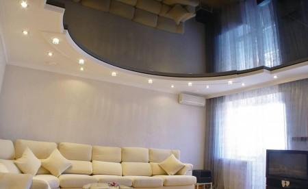 Гостиная комната и эффектный натяжной потолок