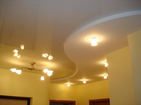 Двухуровневый вариант с сочетанием света в виде люстры и точечных светильников