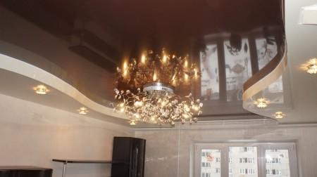 Натяжной потолок и интересная люстра, как основной источник света