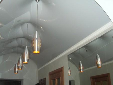 Фото потолка с красивыми люстрами, сделанного в форме арки