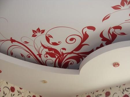 Фото дизайна интерьера многоуровневого тканевого натяжного потолка зала 21 кв.м. с лампами