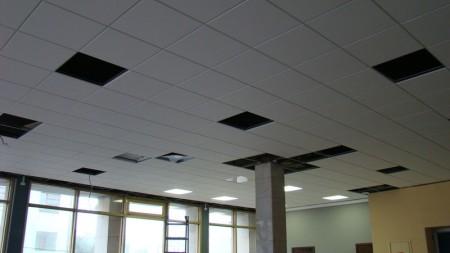 Подвесная конструкция с проемами для вентиляционных решеток и светильников