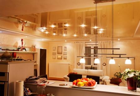 Дизайн квартиры-студии с потолком бежевой гаммы и круговым светом, оформленным точечными светильниками