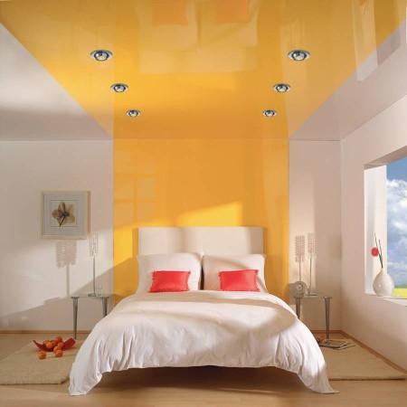 Эффектный интерьер в бело-желтых оттенках с потолком, который плавно переходит в дизайн стены