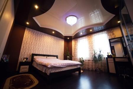 Дизайн спальни с двух уровневым потолком