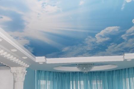 Фото натяжного потолка с изображением неба и естественной подсветкой
